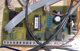 Osazený alarm DHS003 ve spleti drátů k LEDkám, přívody k telefonu a kód. zámku jsem vyřešil převrtáním plošňáku pomocí konektorů se zámkem