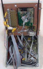 S takovou změtí drátů jsem se potýkal při zapojování (9 bezpeč. okruhů, zdroj + sig. napájení, 2.kód zámek,...)