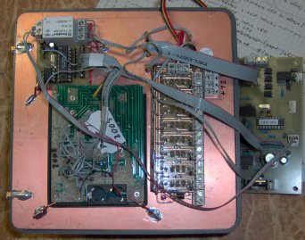 Pohled zezadu na kompletně osazený přední panel